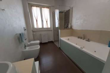 bagno con doccia e vasca